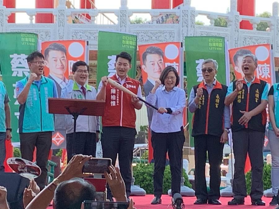 蔡英文總統(右三)參拜台中市龍井區永順宮,與支持群眾互動。(林欣儀攝)