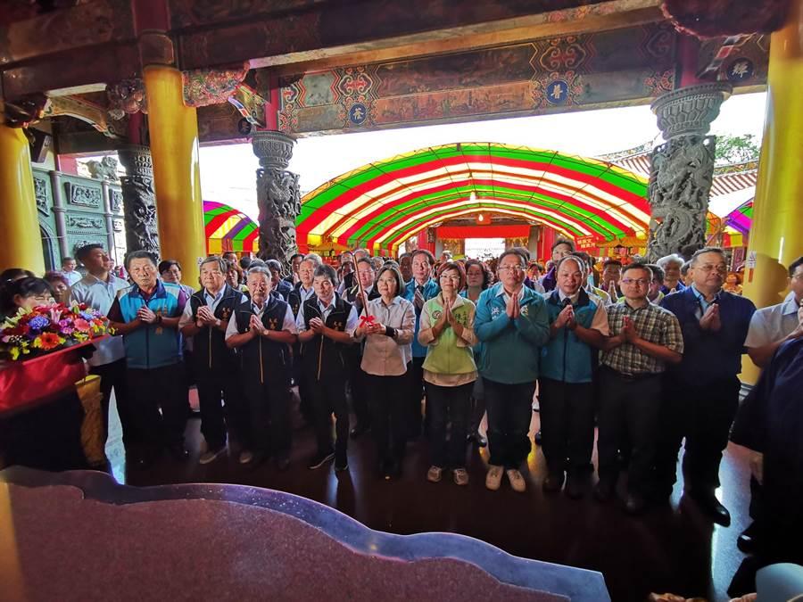 蔡英文今日造訪彰化3廟宇,第三站來到大村慈雲寺,但因員林行程延誤,原預計12點05分抵達,遲到約十來分鐘才到。(吳建輝攝)