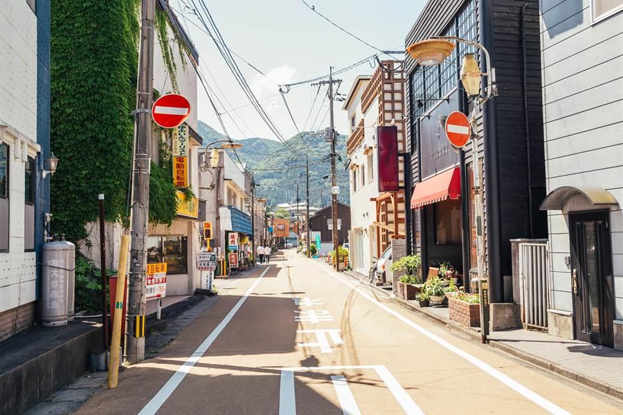 台灣人在台灣無敵懶惰,到哪都一定要騎機車;卻在日本都走路,反差極大,到底為什麼?曝真正關鍵在「人行道」。(示意圖/shutterstock)
