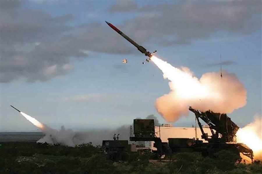 愛國者飛彈防空系統在美國的盟國廣泛部署,但飛彈價格高昂,用來防禦造價僅數百美元的小型無人機不太划算,雷神公司因此開發將小型自殺式無人機整合到愛國者飛彈當中,做為防禦來襲的小型無人機。(圖/美國陸軍)