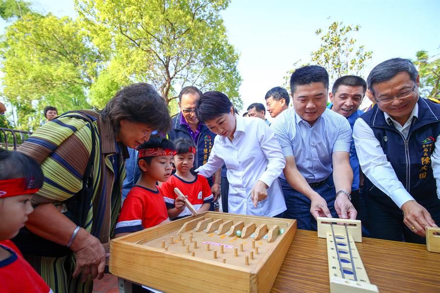 台中市長盧秀燕(右三)、立法委員顏寬恒(右二)陪伴孩子玩童玩,為大肚區下番社生態共融兒童公園啟用。(林欣儀攝)