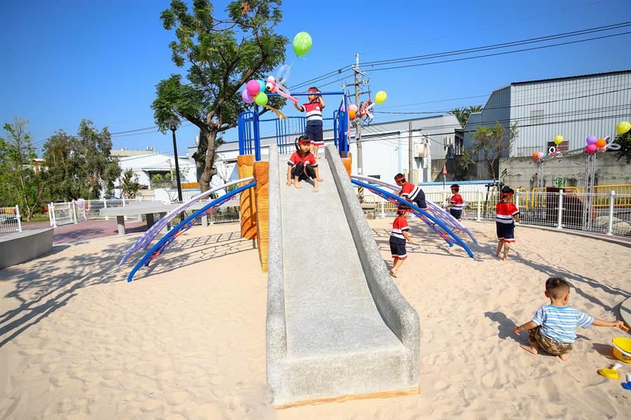 大肚區「下番社生態共融兒童公園」,以「童玩、蜻蜓」為主題,溜滑堤等設施都是蜻蜓造型。(林欣儀攝)