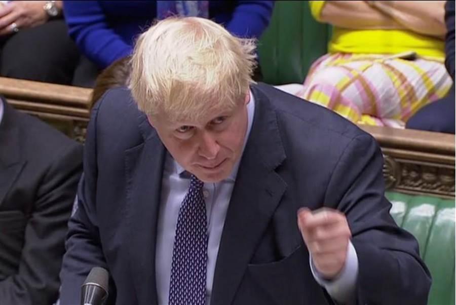 英國19日召開37年以來首次國會星期六特別會議,首相強森在下議院與反對黨唇槍舌戰。(路透)