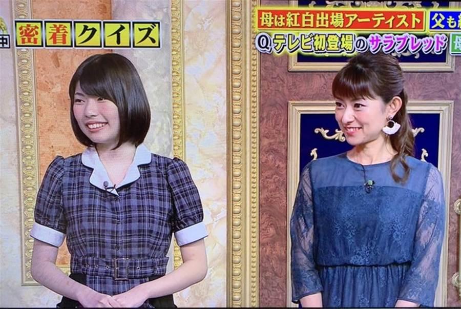 石黑彩(右)日前帶著19歲女兒上節目。(取自日網)