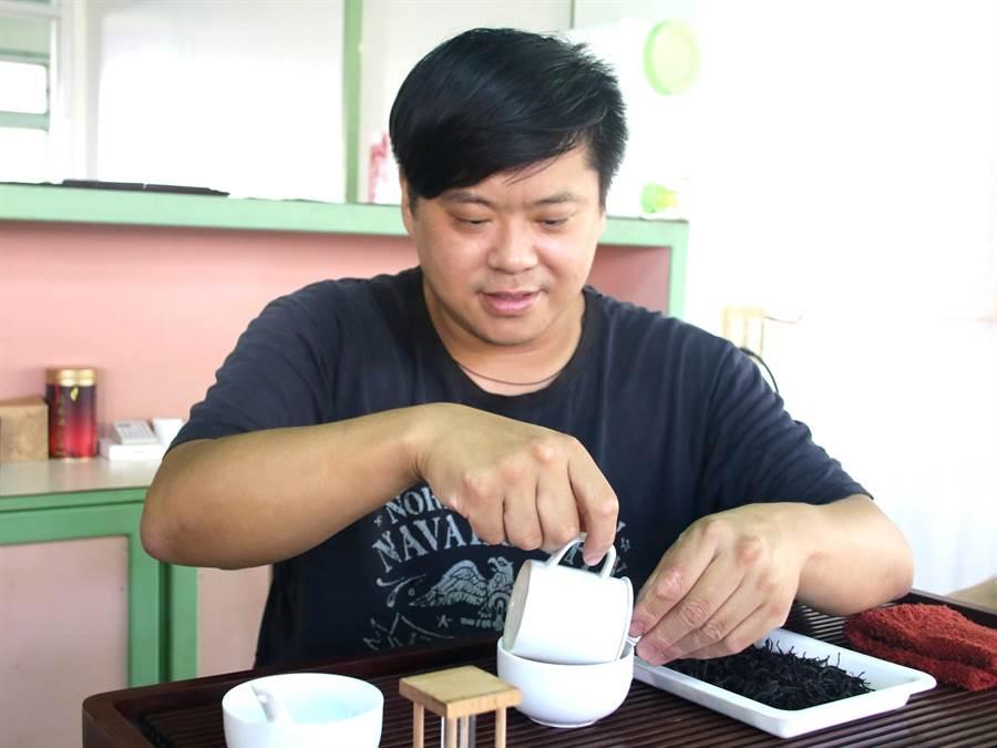 ▲日月潭紅茶評鑑,東邦紅茶第3代年輕製茶師郭瀚元在520件台茶18號(紅玉)組的競逐中奪得特等獎茶王。(楊樹煌攝)
