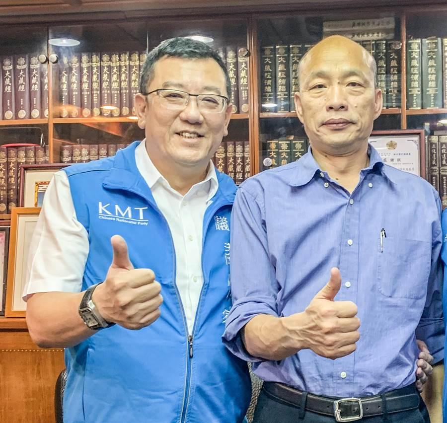 國民黨籍新竹市議會議長許修睿(左)暫代市黨部主委,將全力輔選總統參選人韓國瑜(右)。(羅浚濱攝)