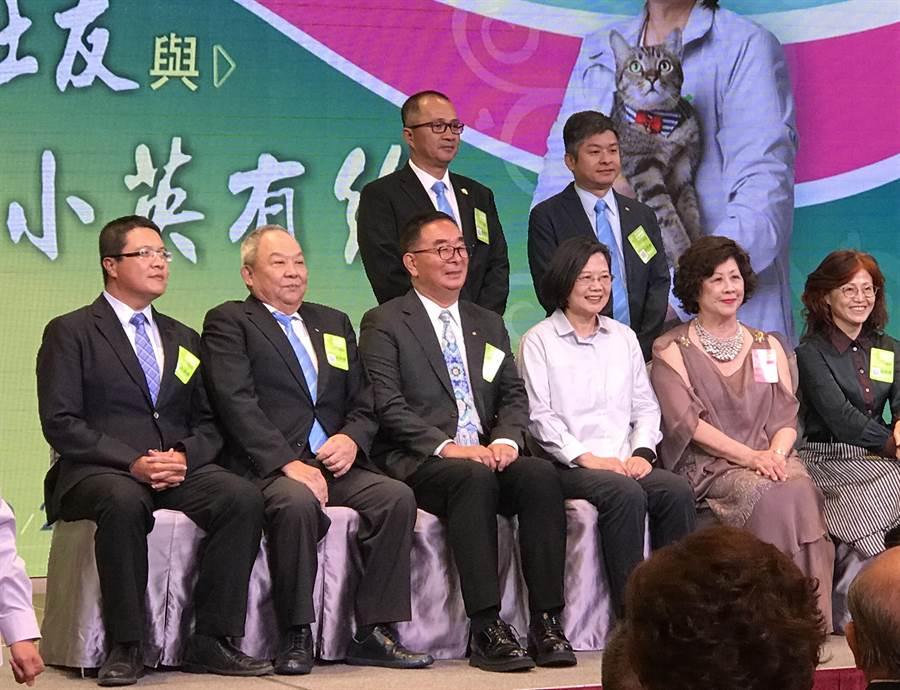 蔡英文總統(右三)22日下午到台中市出席中區扶輪領導幹部菁英會,全場高喊「小英凍蒜!」(盧金足攝)