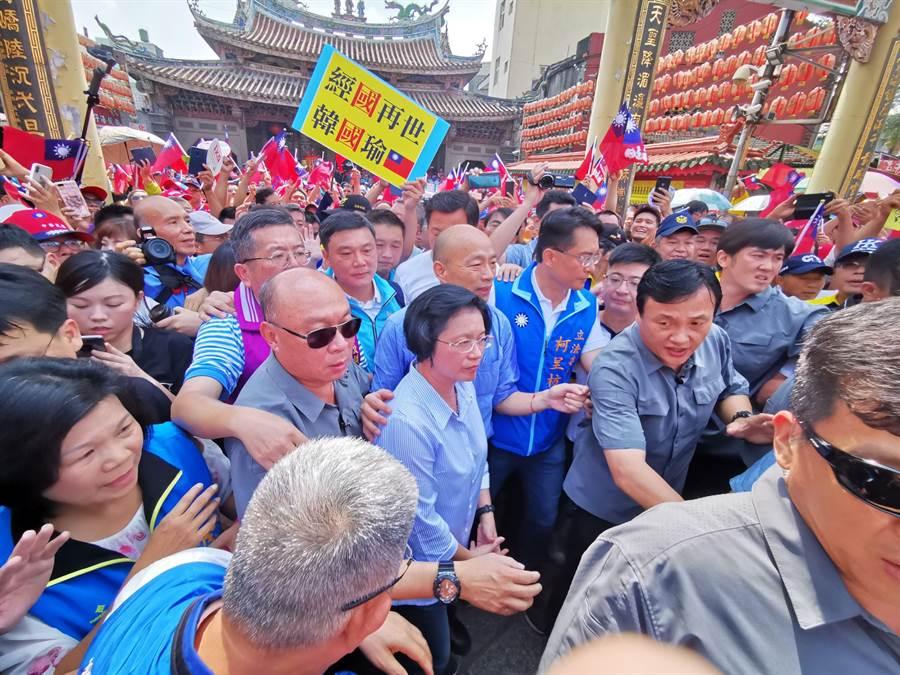 韓國瑜請假前也曾在9月1日到彰化走透透,從早到晚參拜9家宮廟,在鹿港天后宮前熱情的支持者幾乎擠爆廟前廣場。(資料照,吳建輝攝)