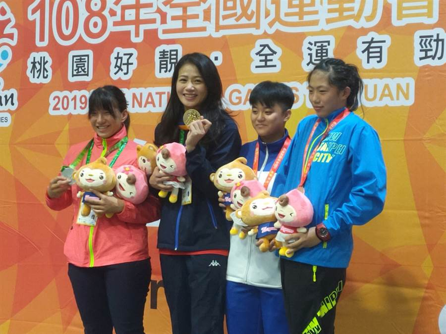 角力甜心陳文陵(左二)在桃園全運會完成三連霸,接下來將備戰東奧資格賽。(黃邱倫)
