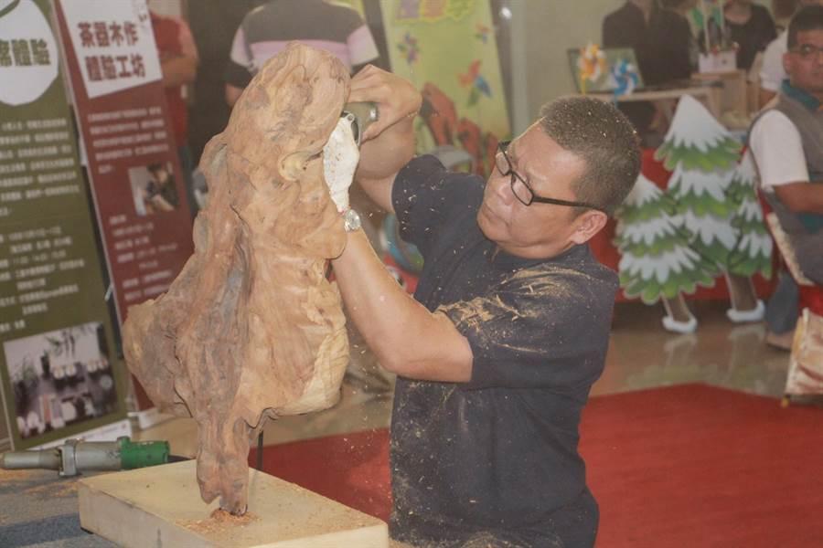 三義譽有「木雕之鄉」,為保存在地老工藝,縣府辦理舊城百業工作坊,讓木雕產業永續發展。(何冠嫻攝)