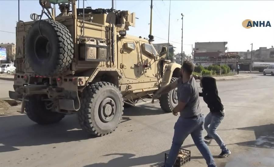 庫德人對撤離的美軍車隊砸馬鈴薯,表達遭到抛棄的不滿。(圖/美聯社)