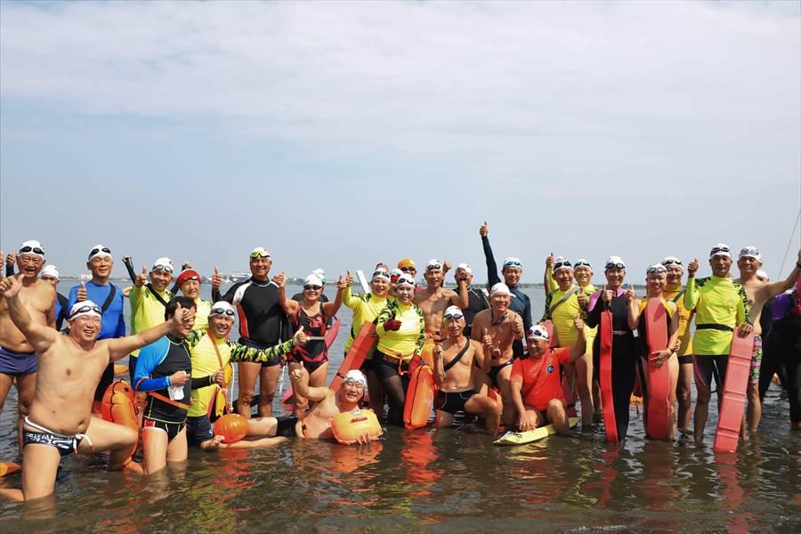 第2屆「大鵬灣海上長泳嘉年華」將於27日早上9點從大鵬帆船基地出發,游泳距離約3000公尺,而近1500名游泳好手來自海內外,有馬來西亞、阿根廷等國家,平均年齡60歲,各個身強體健。(謝佳潾攝)