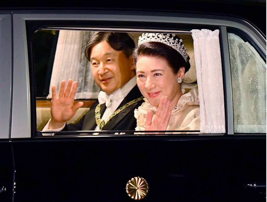 日本皇后雅子22日晚間與日皇德仁搭車前往皇宮主持祝賀晚宴「饗宴之儀」。(美聯社)