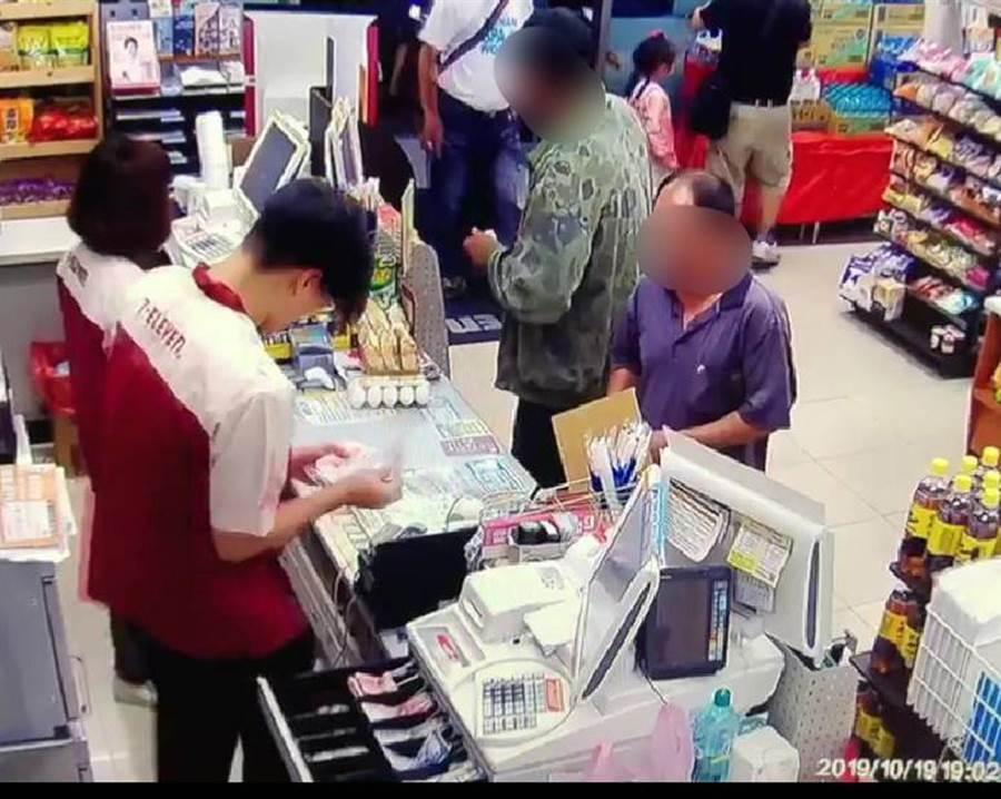 嫌犯前往超商購買雞蛋的監視畫面。(翻攝畫面,洪榮志台南傳真)