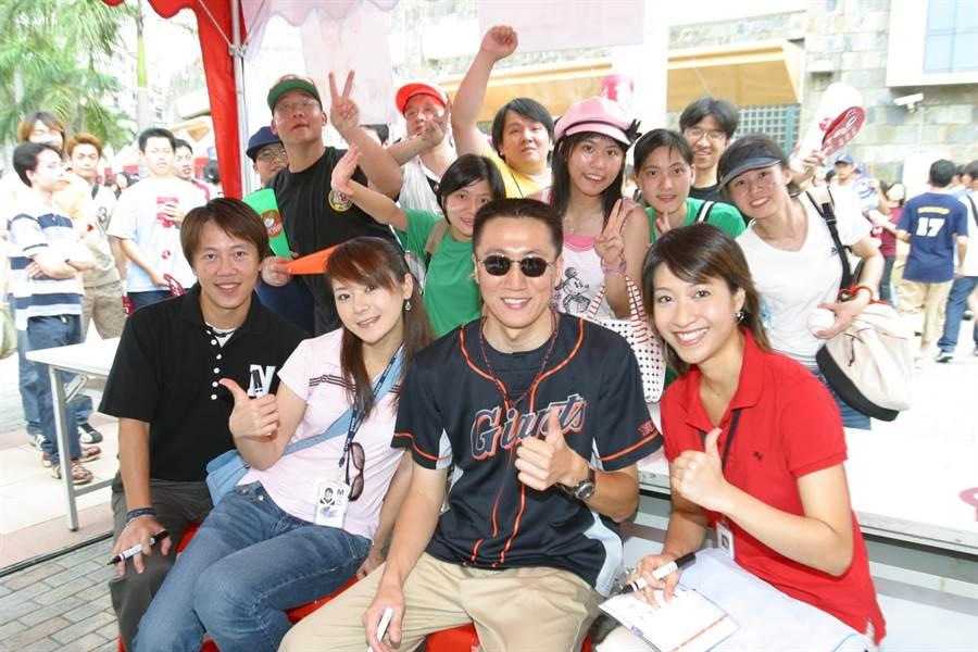 劉秀萍(左二)與前職棒球星潘忠韋結婚多年,感情恩愛。(本報系資料照)