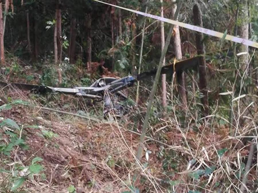 浙江金華市警方證實一架民用直升機於昨日墜毀於山區,機上2名飛行員死亡。(圖/微博視頻截圖)