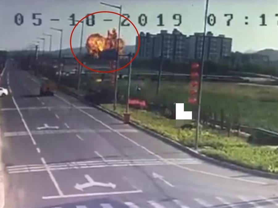 今年5月18日疑似軍機墜毀現場出現巨大火球。(圖/微博視頻截圖)