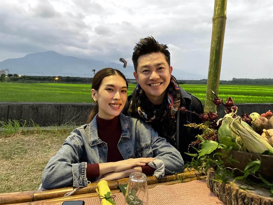 李明川(右)與王思偉在花蓮共享「餐桌上的部落旅行」晚餐。(伊林娛樂提供)