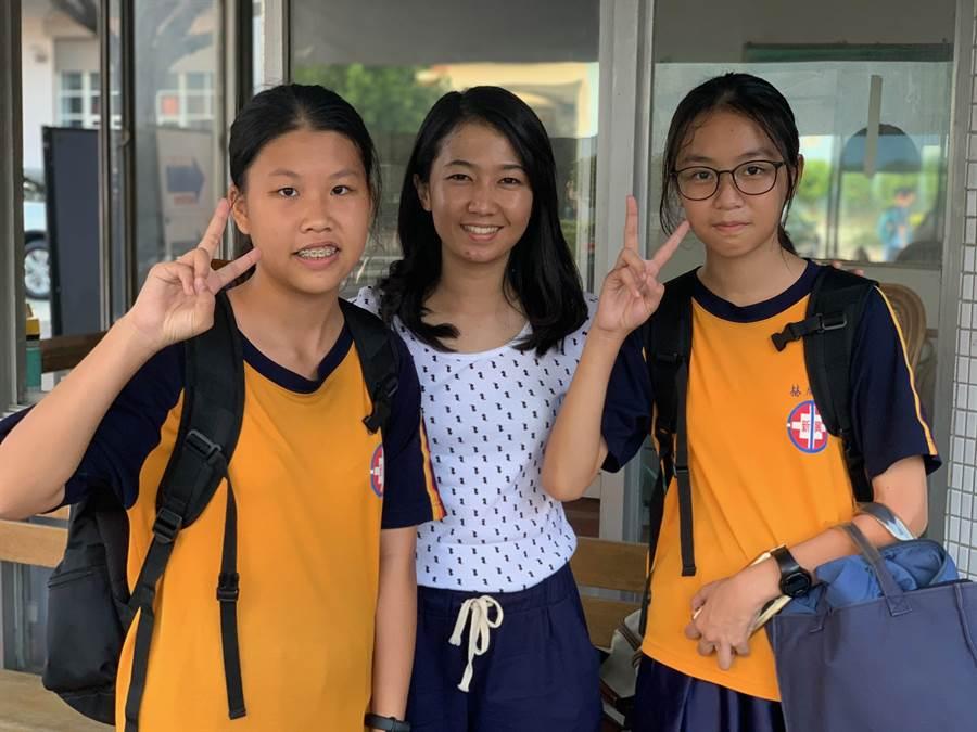 27歲印尼籍Dewi(中)豐富閱歷感召新興國中學生。(新興國中提供/曹婷婷台南傳真)