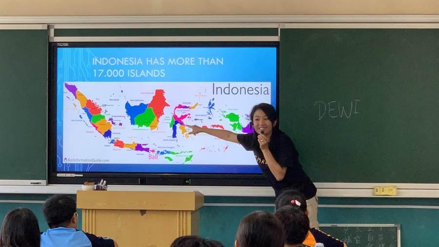 27歲印尼籍Dewi豐富閱歷感召新興國中學生。(新興國中提供/曹婷婷台南傳真)