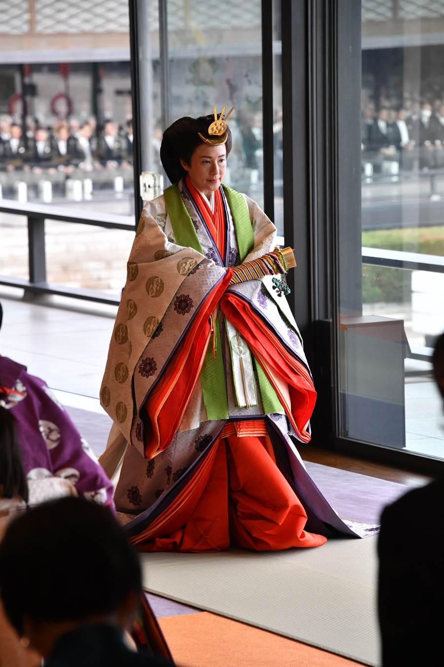 日皇后雅子22日身穿十二單禮服參加德仁即位大典。(日本宮內廳提供)
