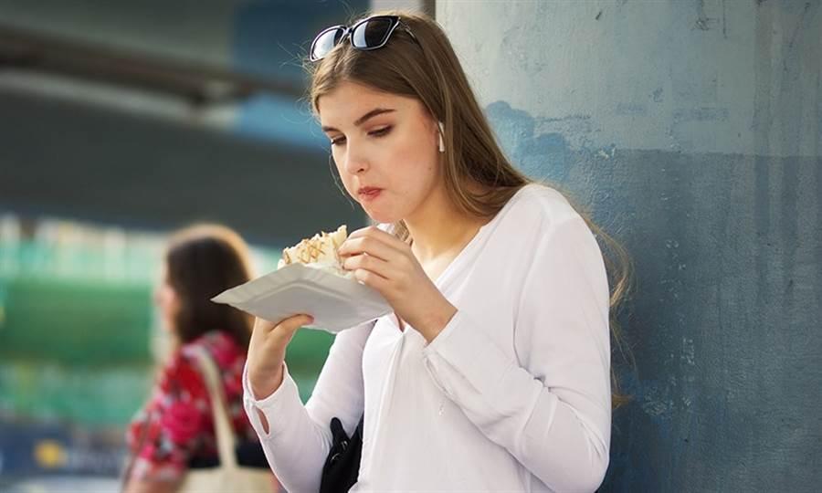 因為心情不好和壓力大,導致你一週大吃大喝好幾次,長久下來將導致飲食失調,增加體重過重的風險,同時會衝擊心理狀態,這就是「情緒性進食(emotional eating)」。(圖/Pixabay)