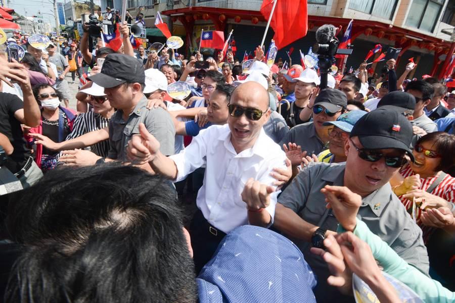 國民黨總統參選人韓國瑜22日持續在綠營票倉嘉義縣走訪拜廟,所地之處總有大批粉絲擁戴。(資料照 林宏聰攝)