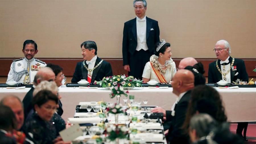 日皇德仁夫婦22日晚間在皇宮舉行即位慶祝晚宴,以秋季時令和食款待外賓。(美聯社)