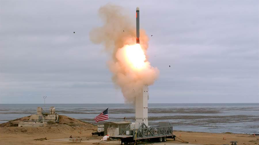 美軍退出《中導條約》之後積極測試各種中程導彈,圖為今年8月18日在加州外海聖尼可拉斯島上測試陸基中程巡航導彈。(圖/美聯社)