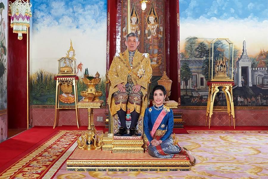泰王瓦吉拉隆功與詩妮娜7月底才新婚、放閃,如今詩妮娜卻遭拔除軍銜與妃子頭銜。(圖/路透社、泰國王宮)