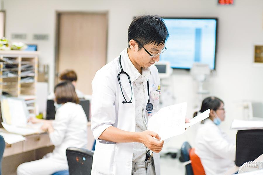 住院醫師納入《勞基法》滿月,不僅大砍醫師年休日,甚至「曲解」《勞基法》本意,將工時「上限」解讀為「下限」,醫生工時不減反增。(本報資料照片)