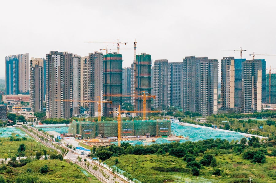 6月18日,航拍南京河西一處正在興建大樓。(中新社)