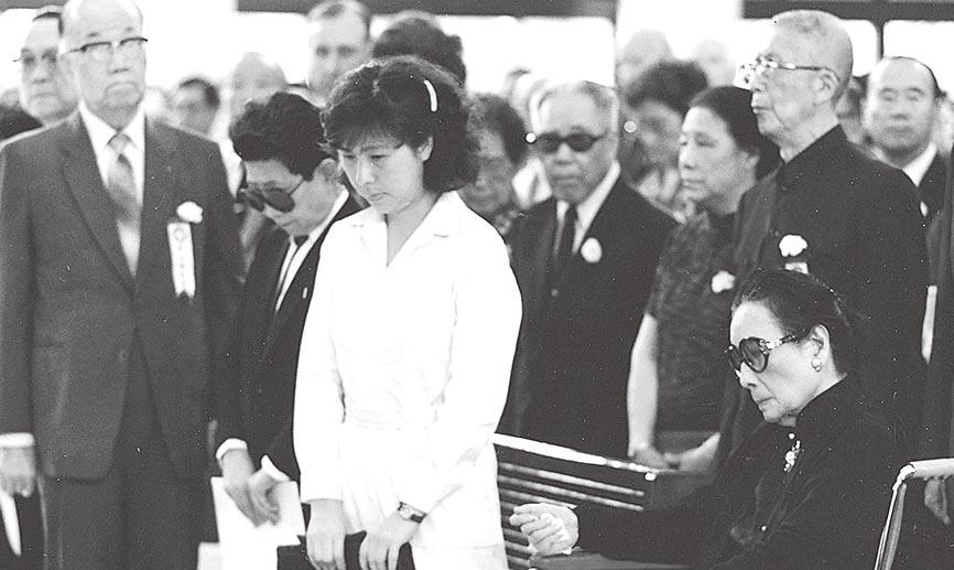 宋美齡和被寵壞的孔二小姐(左二,在謝東閔與護士中間)。(李安邦攝)