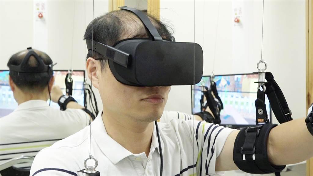 長安醫院引進高科技復健儀器,透過系統制訂適合又有趣的復健訓練,讓做復健也能像電玩那般有趣。(馮惠宜攝)