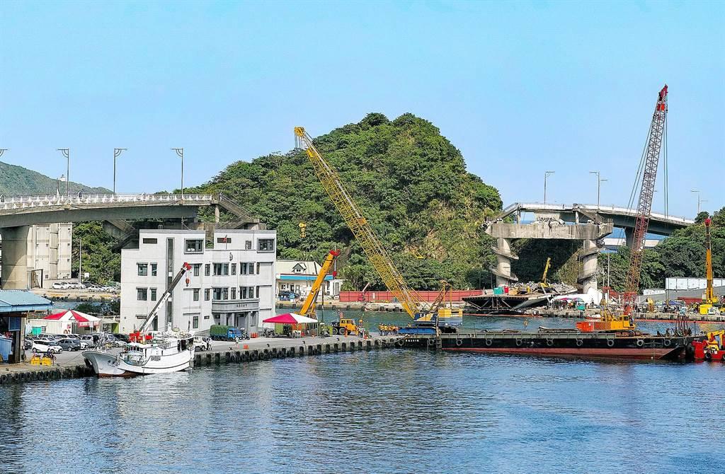 南方澳跨港大橋崩塌後,作為漁船進出港的新臨時航道,將在明天下午開通。(李忠一攝)