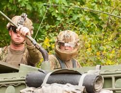 美軍士兵有全罩式頭盔 有效保護面部
