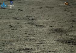 陸嫦娥、玉兔月球探測器自主喚醒 拍回這張照片