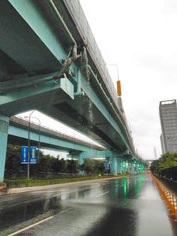台65高架橋 逢雨成瀑布