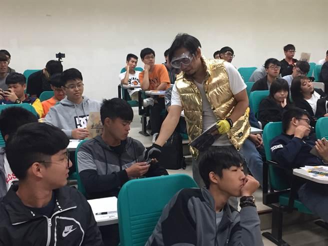 說明會現場卡米地團員與學生互動。(許安琇攝)