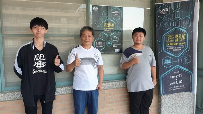 資訊管理系李桂春老師(中)與學生黃騰徽(左)、王霆峰支持瓩設計獎說明會。(戴有良攝)