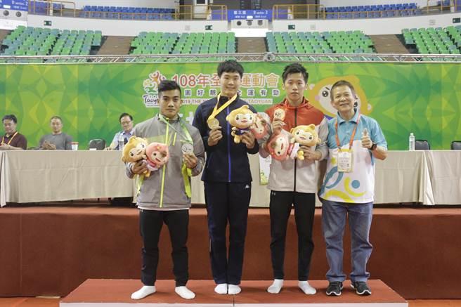 唐嘉鴻(中)在108年全國運動會個人包辦5金1銀,是體操場上最大贏家。(桃園市政府提供/陳筱琳傳真)