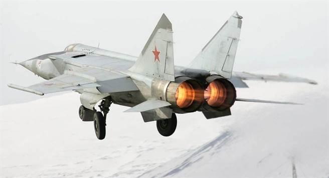 全球速度最快的現役戰機是俄羅斯MiG-25,高速記錄曾達3.2馬赫,但當時飆高速是為了逃命,還把2具發動機都操壞了。(圖/衛星通訊社)