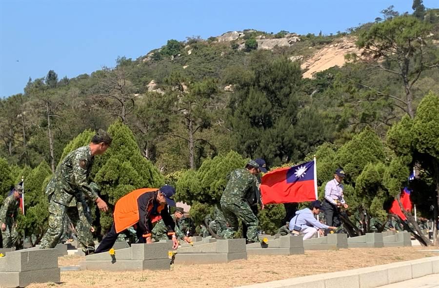 「古寧頭戰役」參戰老兵,在太武山公墓悼念陣亡袍澤。(李金生攝)