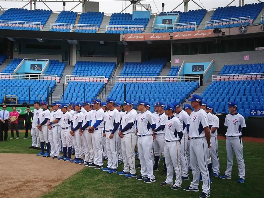 中華隊今天舉行開訓儀式,前排右1為牛棚教練王建民。(廖德修攝)