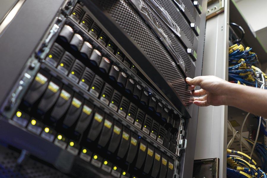 各國先後釋出5G商用執照,驅動無線網絡基礎建設商機,國內伺服器及網通業者,相當有機會搶食5G新一波電信白牌設備需求大餅。圖為伺服器機房。圖/路透