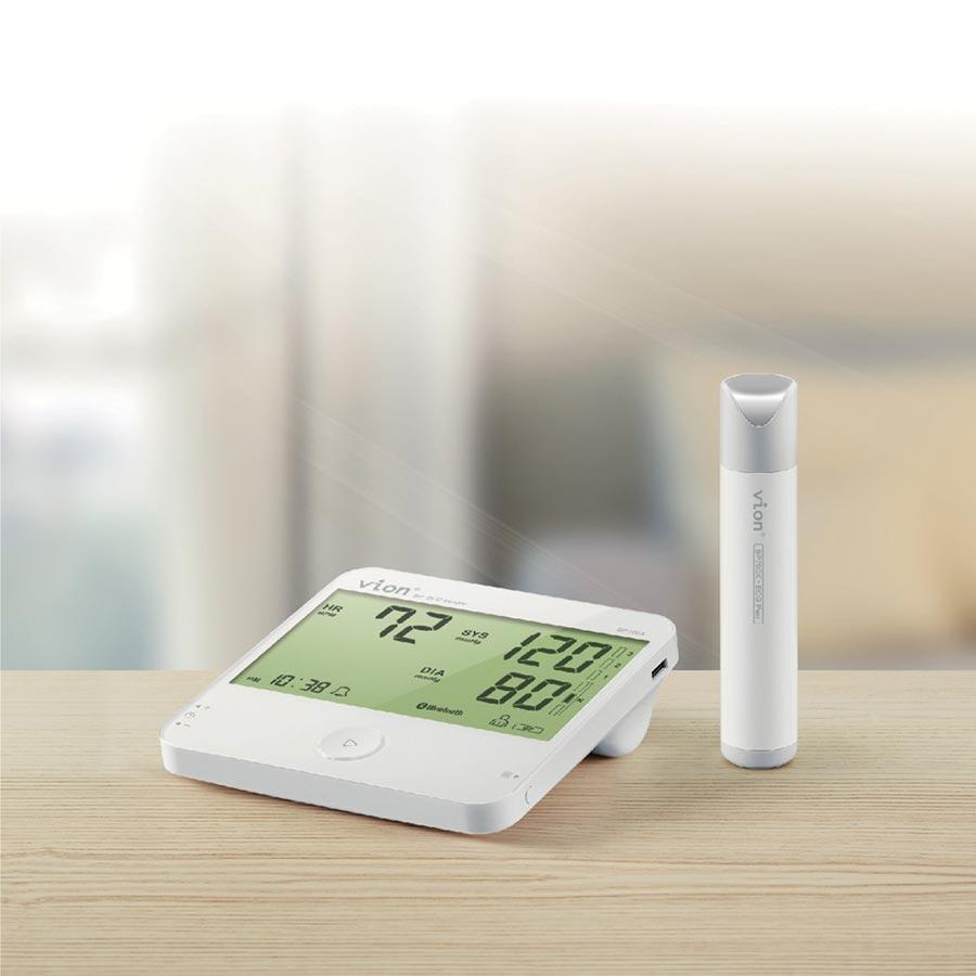 經絡動力醫學研發的Vion可測量心電圖血壓計,讓居家患者能全面監控管理心血管健康狀態。圖/業者提供