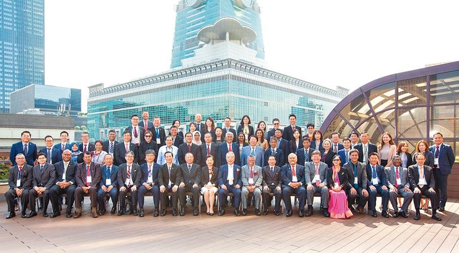 「APO第60屆各國生產力機構主管工作會議(Workshop Meeting of Heads of NPOs, WSM)」17個會員國代表及國內貴賓全體合影。圖/中國生產力中心提供