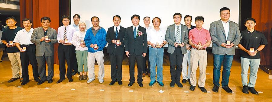 亞東技術學院校長黃茂全(左七)上台接受「專利發明績優獎、專利發明績優單位獎」表揚,並與學校績優老師合影。圖/亞東技術學院提供