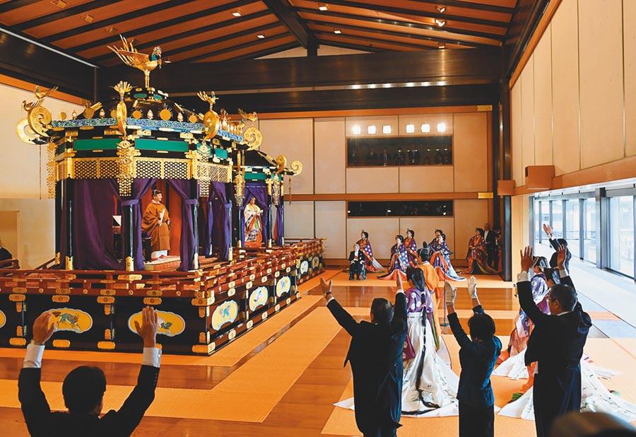 日皇德仁宣告即位後,日本首相安倍晉三(右)代表日本國民向天皇(左上)高喊「萬歲!」(路透)