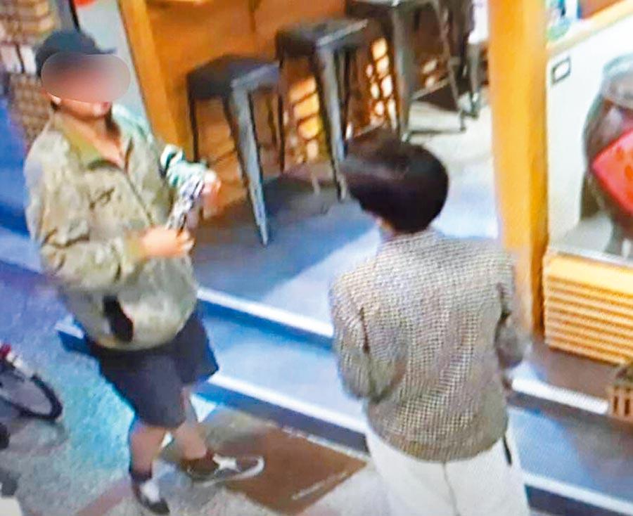 涉嫌朝韓國瑜丟雞蛋的張姓(右)與陳姓嫌犯(左),一起在晚會現場附近商議的畫面。(翻攝畫面/洪榮志台南傳真)